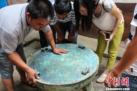 图为被挖掘出来的青铜鼓。梁旭 摄