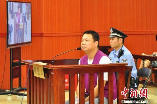 图为被告人王逸环受审。