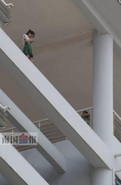 时间过去了近4个小时,这名学生还在悬空横梁上玩手机。