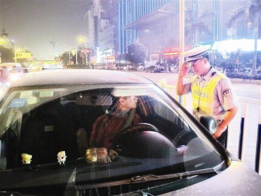 6月13日晚,南宁交警正在检查点开展酒驾夜查行动。