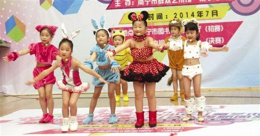 孩子们在启动仪式上表演