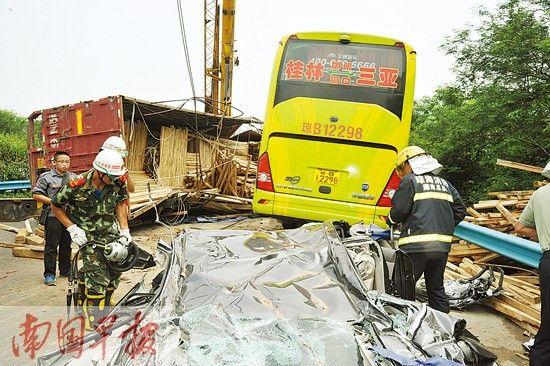 小车被压扁,消防官兵正在救援。樊骁摄