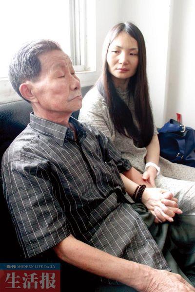采访时,萍萍与父亲一直十指紧扣。