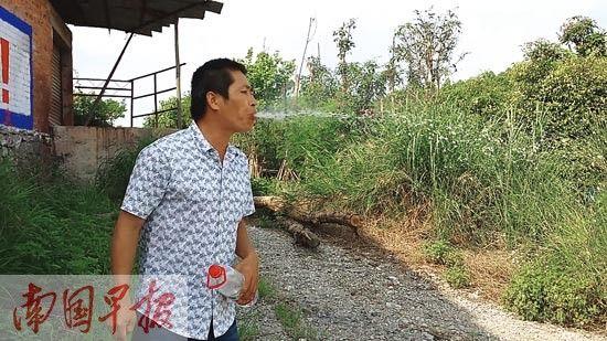 """马先生喝完水后喷出的""""水柱""""。记者 王世杰摄"""