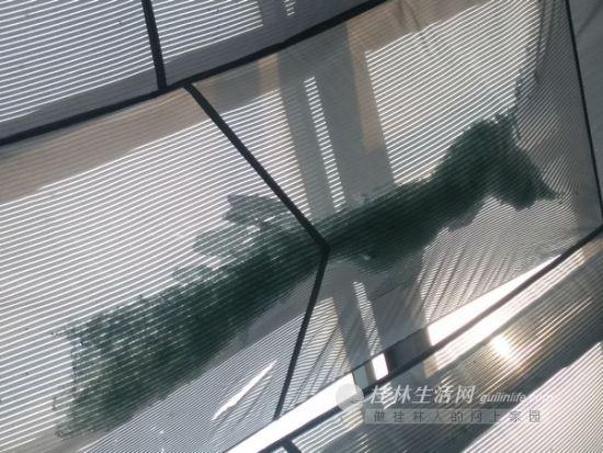 事发后,联达广场天顶下的隔离网布上仍有不少玻璃碎渣。