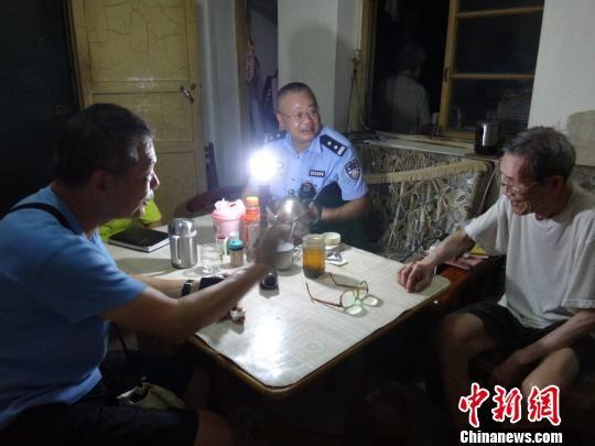 图为香港老人王耀辉(左一)与失联60多年的表叔谢先生(右一)畅谈。唐杰 摄