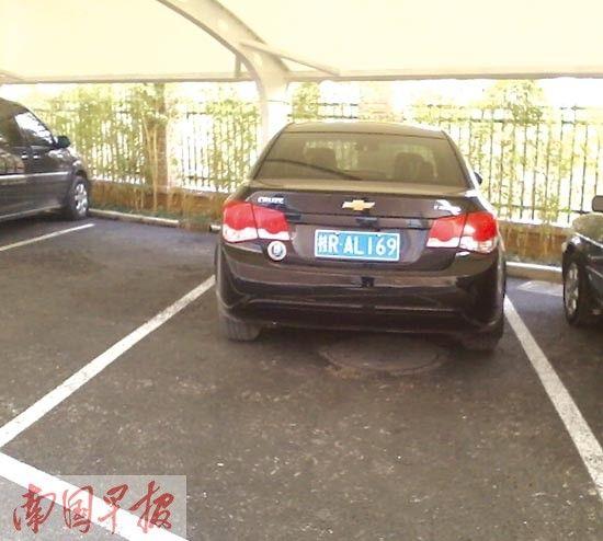 5月,该车仍停放在贵港市审计局覃塘办事处。网友供图
