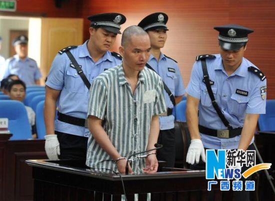 6月19日,民警将何深国带上被告席。 新华社记者 张爱林 摄