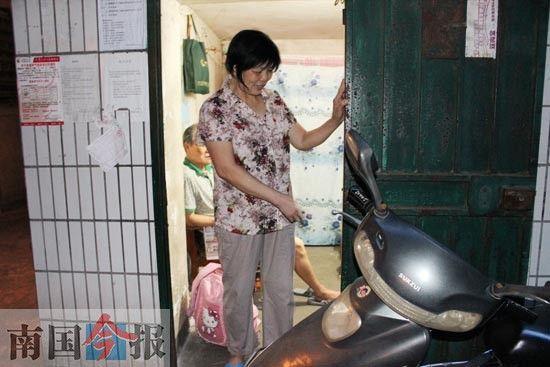 李玉凤说,门卫室的铁门几年没有关过,门锁早就坏了。记者许洁琳 摄