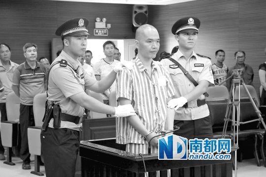 广西防城港市中级人民法院,何深国在法庭接受宣判。