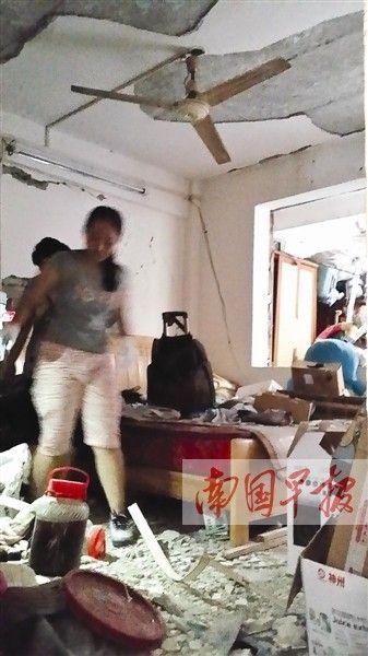 小颖在房间搜寻她的高考证件。记者 邓晓衡摄