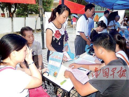 居民正在南宁中燃宣传台前咨询管道燃气报装业务。记者 王春楠摄