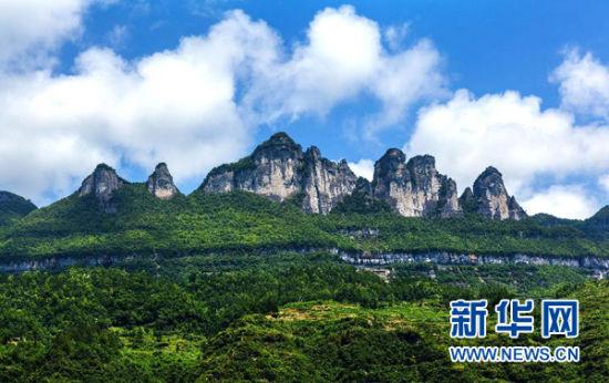 中国南方喀斯特二期获准列入世界遗产名录在广西环江毛南族自治县大才乡拍摄的喀斯特地貌(2011年7月24日摄)。 6月23日,以桂林喀斯特(广西)、施秉喀斯特(贵州)、金佛山喀斯特(重庆)和环江喀斯特(广西)组成的中国南方喀斯特第二期在第38届世界遗产大会上获准列入世界遗产名录。王秀发 摄