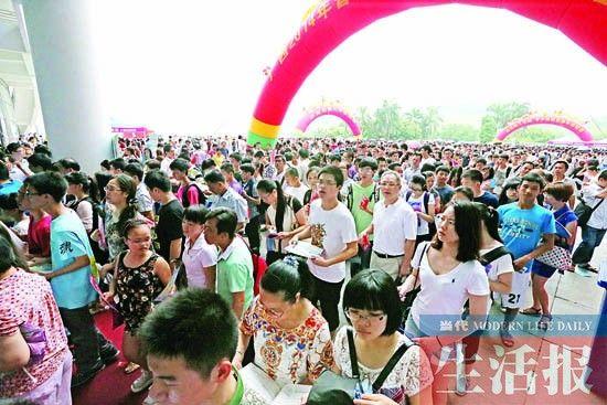 参加高招会的家长和学生。记者 周军 摄