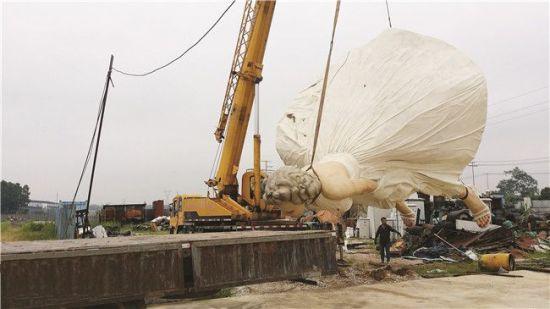 6月21日晚,雕塑被转移到另外一隐秘处。南国早报网-南国早报记者 周如雨摄
