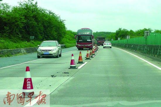 高速路变成两车道,中间只有塑料锥筒隔离,车辆通行缓慢。