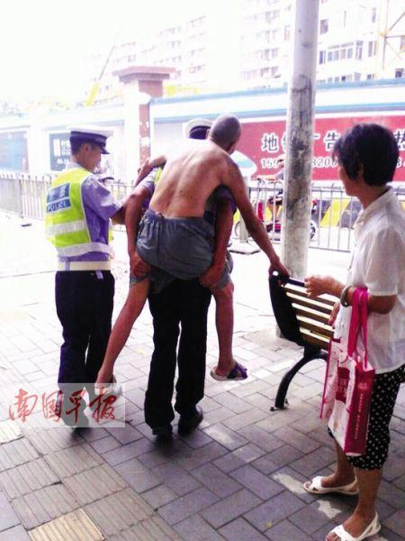 正在路口执勤的交警将老人背到安全地带。