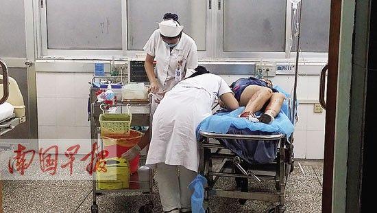 医护人员正在对割腕女子进行治疗。周如雨 摄