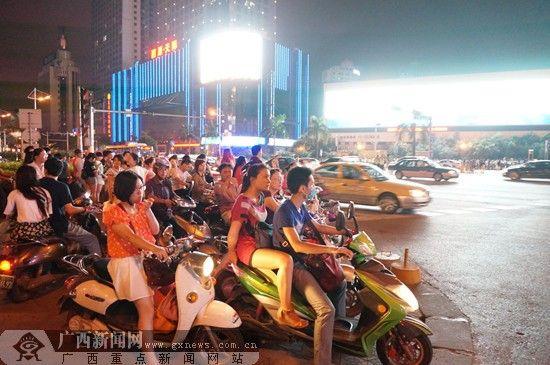 7月1日起,电动自行车如不按交通信号规定通行将被罚。广西新闻网记者 邓昶摄