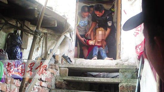 民警正在营救吸毒自残女子。陈剑男摄