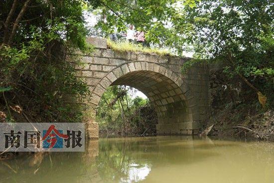 图为香兰村鹧鸪冲小河上的古旧石拱桥。记者王缉宁 摄