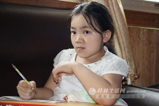 由于经常骨折,谢允燕只能回到家里,自己每天看书学习,从外表看跟一般的小朋友区别不大。记者景碧锋 摄