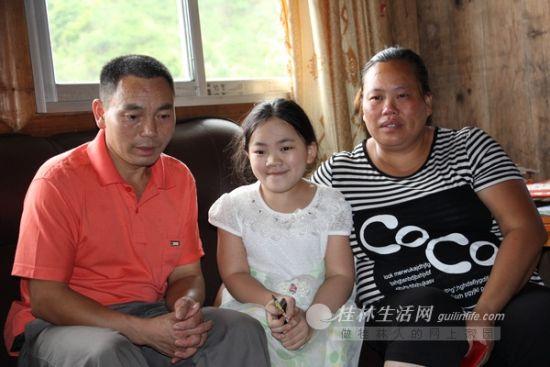 面对孩子的病,父母的内心是极为复杂的。图为谢允燕和父母在一起。 记者景碧锋 摄