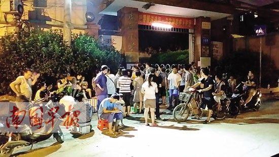 7月3日晚,许多家长在虎邱小学门前排队。