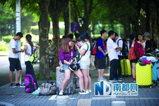昨日,南山科技园朗山一路,百余名被骗大学生在等待领取部分回程车费。南都记者 陈文才 摄