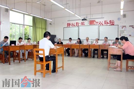 图为面试现场,一名考生正在回答问题。记者 谢永辉 摄