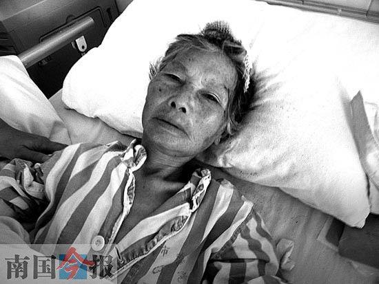 躺在病床上的老人。刘思艺 摄