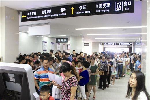 南宁迎暑期出入境办证高峰半天受理1308人