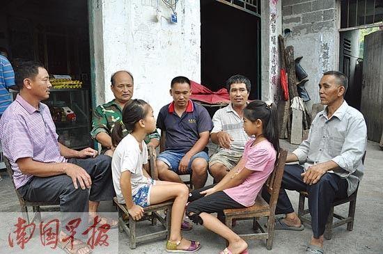 两名获救女童和救命恩人陈正领、陈庆群、陈庆甫、陈永海(左至右)。 高东风摄