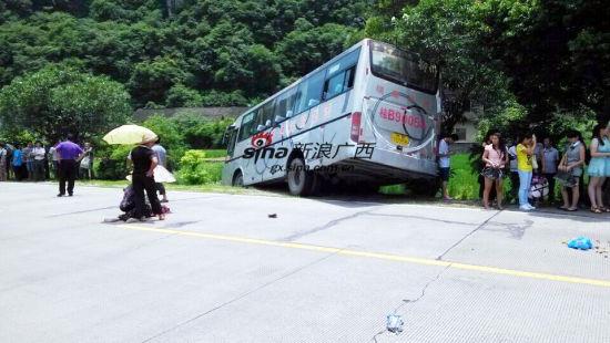 融安:老奶奶车祸重伤陌路人为其撑伞(图)
