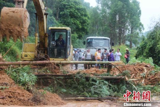 图为前往旺垌村的道路出现塌方。 韦功兵 摄