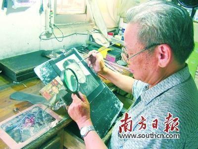 灵山老艺人以炭画技艺为生:炭画可存百年