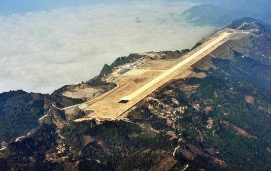 据《每日邮报》7月9日报道,近日,广西一座机场落成,建筑师将几座山的山顶夷为平地后建造了长1.4英里(约为2.2公里)的跑道。山顶机场让抵达此地的旅客感到惊讶和震撼。