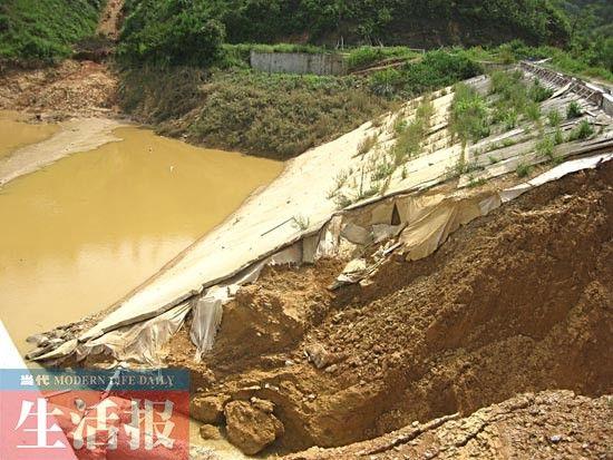 水库堤坝断裂处另一面的水泥层覆盖的确比较薄