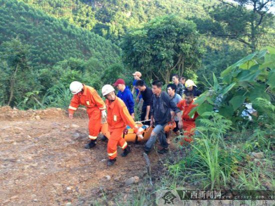 消防官兵成功将被困人员转移到安全地带。贵港消防供图