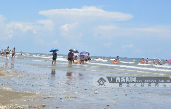 10日中午,白浪滩已经恢复正常,大量游客在海里游泳。广西新闻网记者周隆富 摄