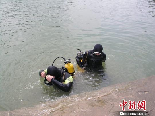 图为潜水运动队队员准备下水执行打捞任务。 受访者供图 摄