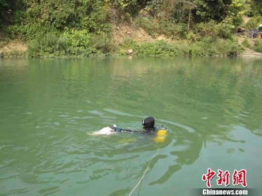 图为潜水运动队队员打捞上刑事案件中遇害者尸体。 受访者供图 摄