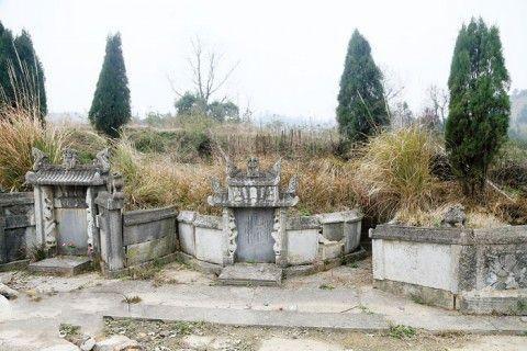 三月岭古商道两侧有不少完整的古雕圈墓。南国早报记者 徐冰摄