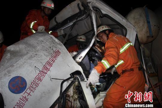 图为广西鹿寨县消防官兵正在破拆车辆。康鹏 摄