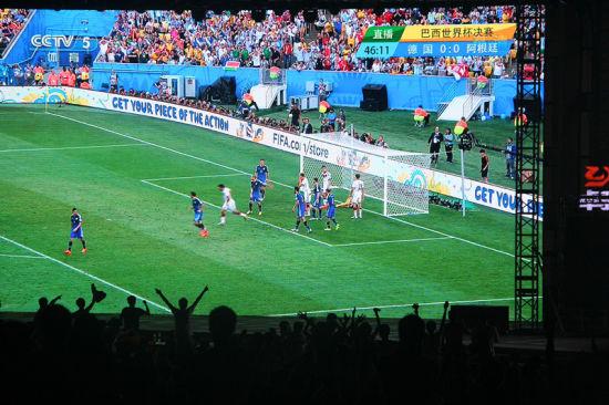 现场球迷在200平米巨幕前观看世界杯决赛直播。