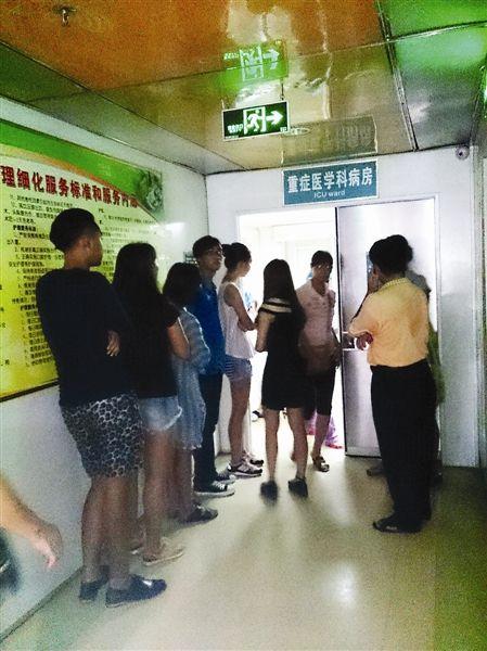 同学们在ICU门口静静地为她祈祷。