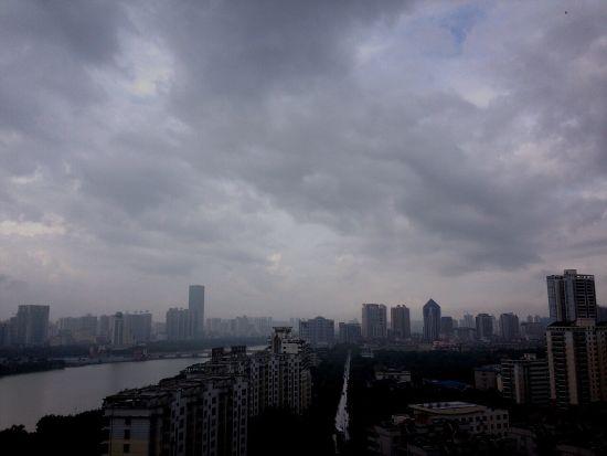 7月15日早晨,南宁市区普降大雨乌云密布。