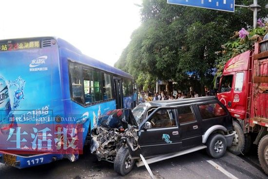 越野车夹在大货车与公交车之间,受损严重。