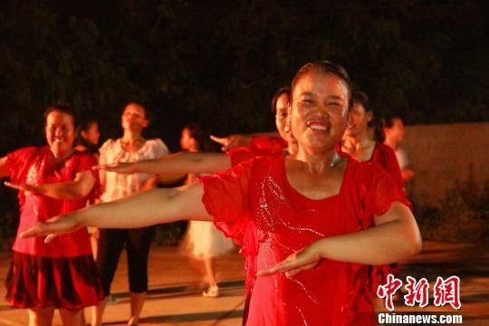7月12日晚20时,广西柳州市柳江县进德镇沙子村多仁屯70多名中老年妇女在跳广场舞。朱柳融 摄
