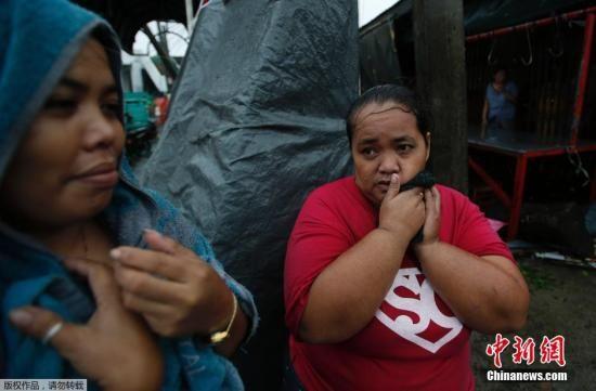 """据""""中央社""""报道,台风""""威马逊""""于当地时间15日傍晚在菲律宾吕宋岛南端登陆,菲律宾多个省份供电中断,首当其冲的比尔科区有超过33万人撤离家园,至少2省已宣布进入灾难状态。图片来源:中国新闻网"""